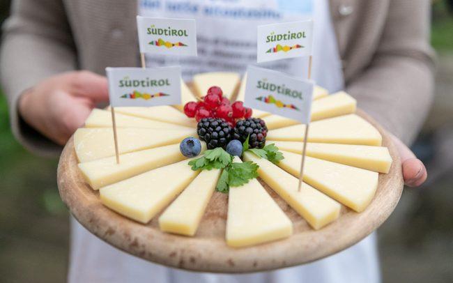 Festa del latte-Milchfest 2018, presso Fane in Rio Pusteria. Immagine di dettaglio di piatto con formaggio