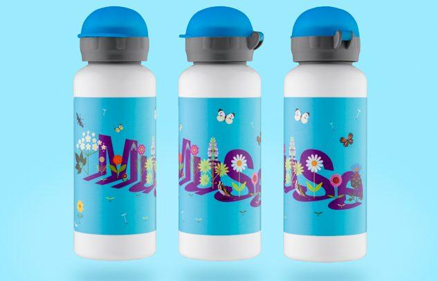 fotografia per sito ecommerce. Bottiglie termos azzurre su sfondo azzurro.